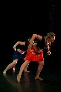 Deux danseuses dans une posture de danse polynésienne, lors du spectacle de fin d'année au MacOrlan à Brest.