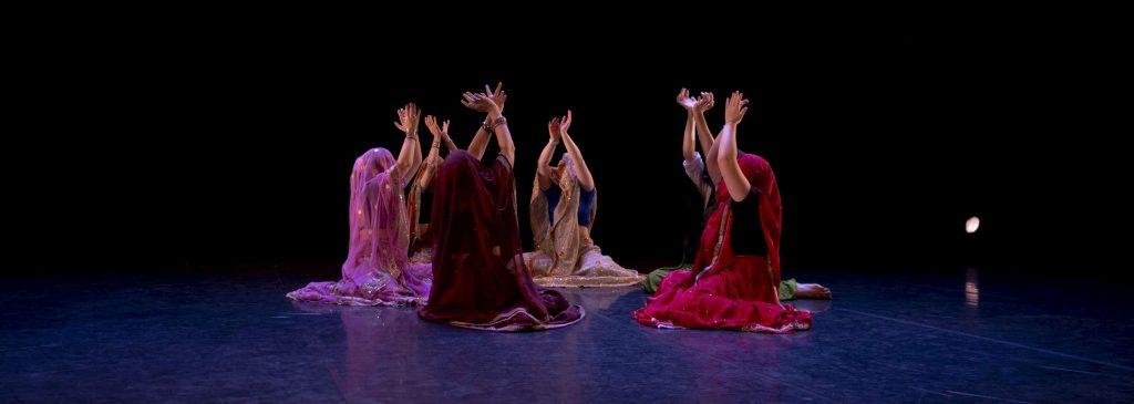 Un groupe de danseuses en tenue de danse indienne, en train de réaliser une chorégraphie lors du spectacle de fin d'année au MacOrlan à Brest.